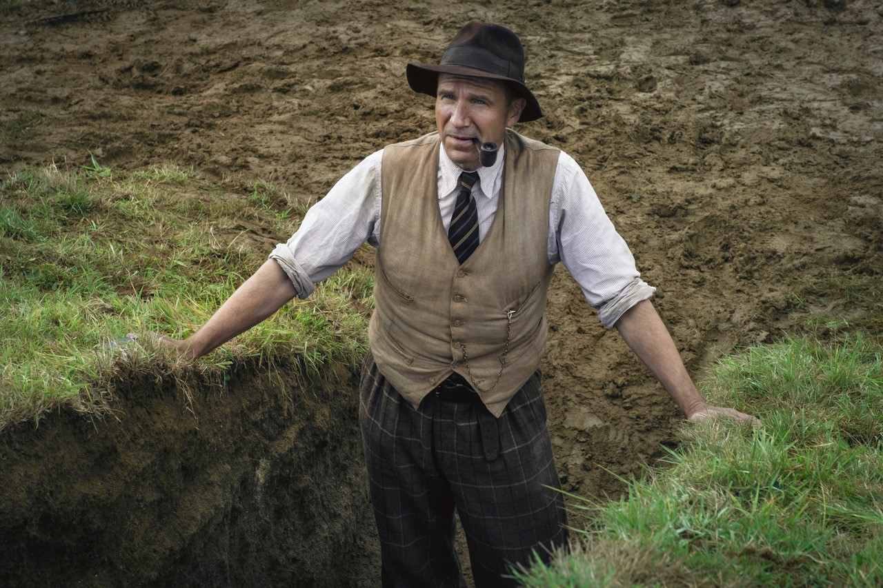 THE DIG: RALPH FIENNES as BASIL BROWN. Cr. LARRY HORRICKS/NETFLIX © 2021